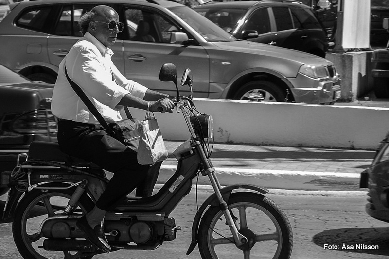 Moped Man Under A Hot Sun.  Nikon D60. Nikon 18-55. ISO 200. 1/500 sekund. f/6.3